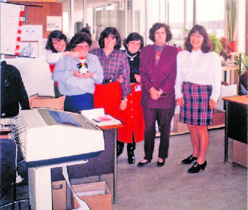 Os escritórios em 1993. Da esquerda para a direita Helena Silva , Ana Rolim, Anabela Henriques, Rosário Ladeira, Teresa Jacinto e na fila atrás Rosário Mota   DR