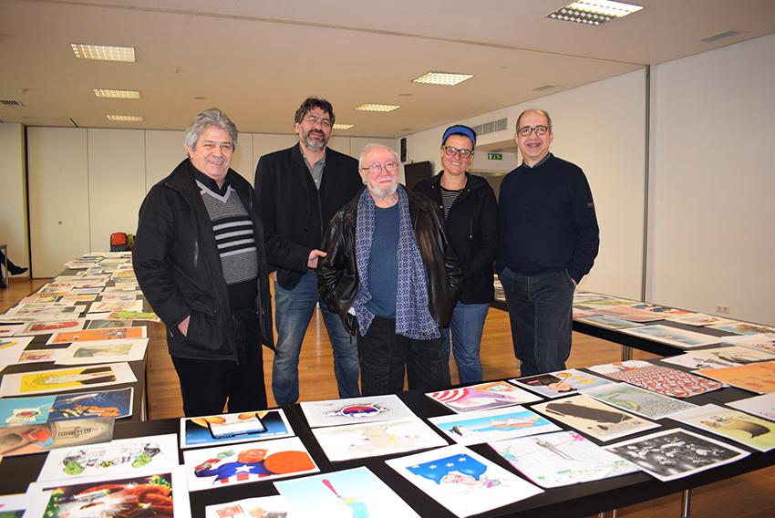 O grupo de cartoonistas que integra o júri deste ano: António, o sírio Saad Hajo, o francês Robert Rousso (ao centro), a venezuelana Rayma Suprani e o grego Michael Kountouris  - Natacha Narciso